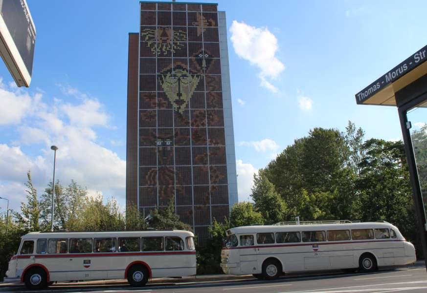 "historische Busse vor denkmalgeschütztem Hochhaus-Klinkergiebel ""Drachensteigen"" in Rostock - Evershagen"